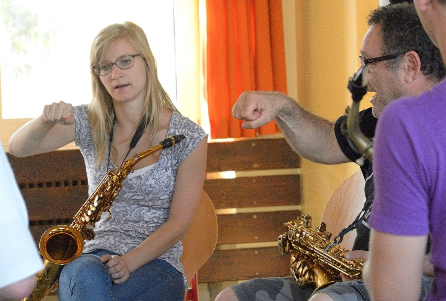 Gilad Atzmon exercises with his group